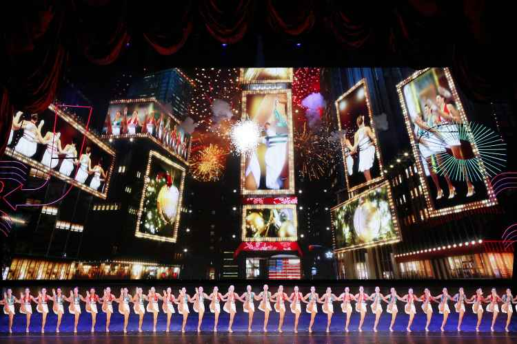 Rockettes oerforming at the christmas spectacular