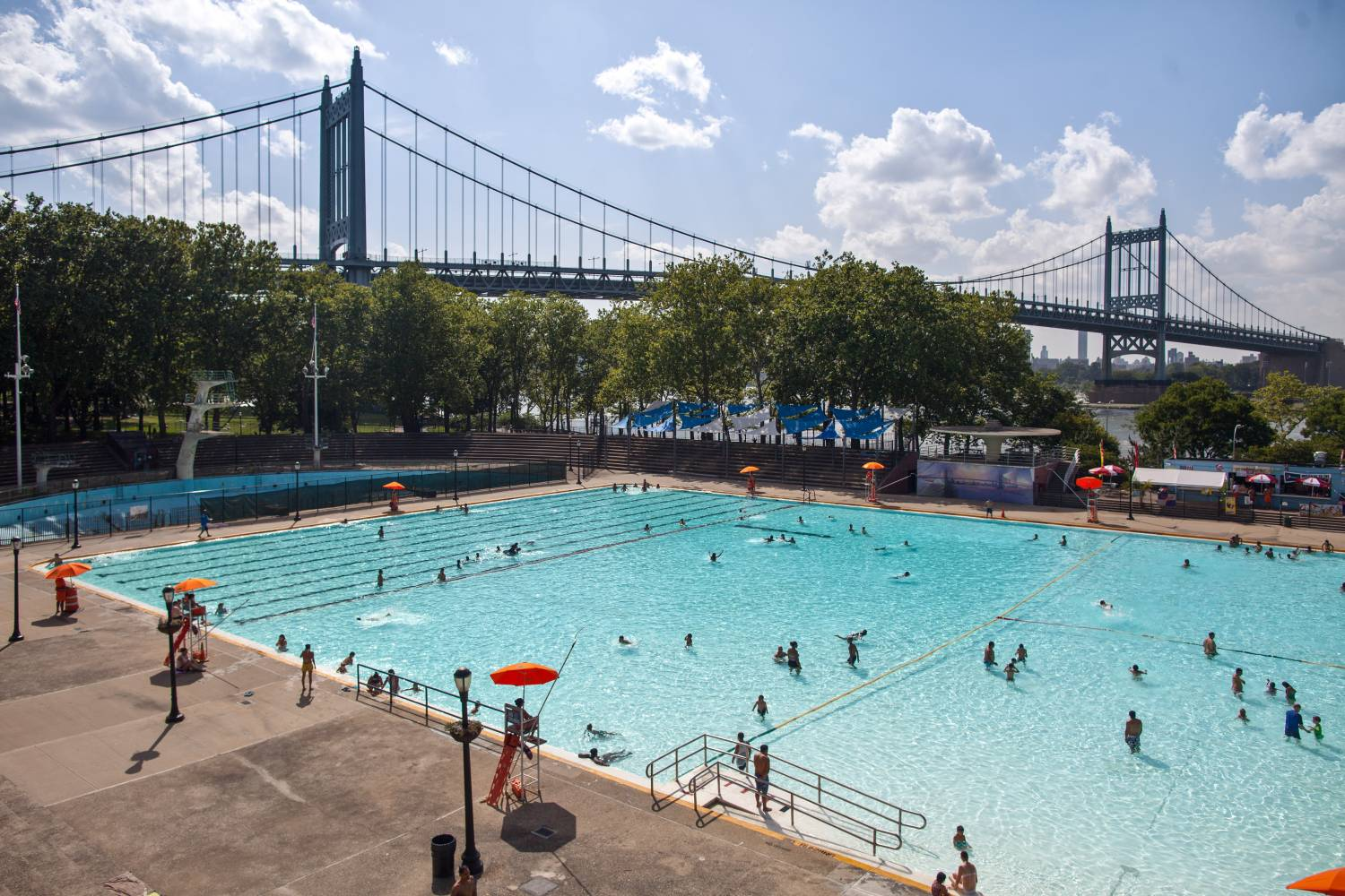 Astoria park pool the official guide to new york city for Garden city swimming pool