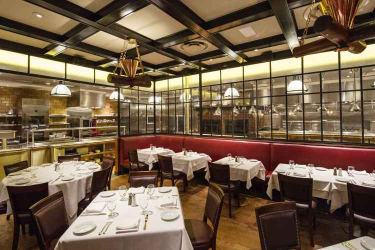 Gallaghers steakhouse dining room in midtown manhattan